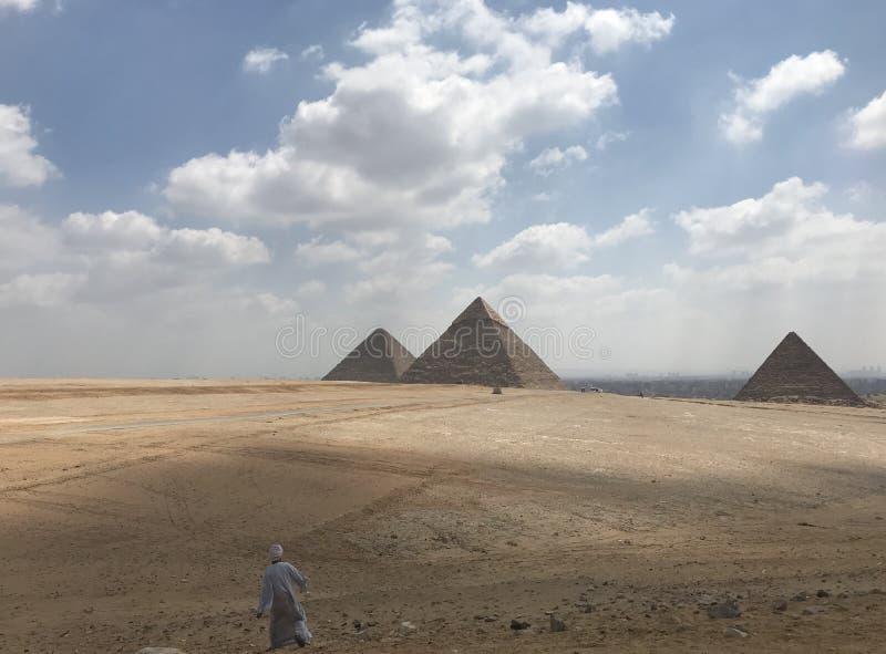 Man och pyramiden arkivbilder
