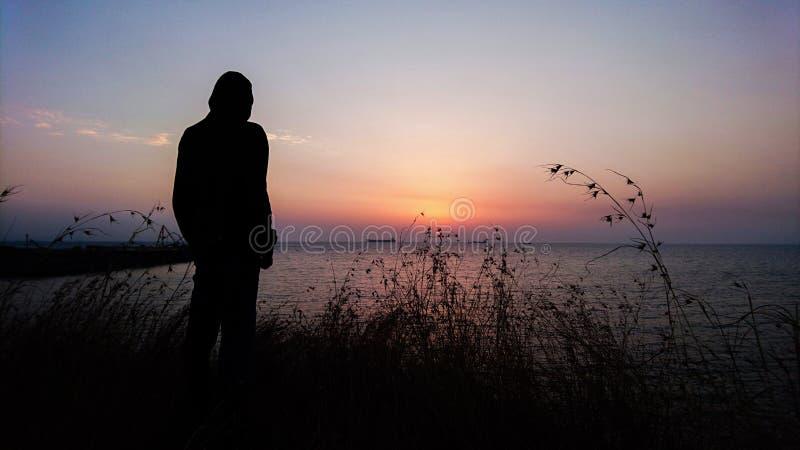 Man och solnedgång royaltyfri bild