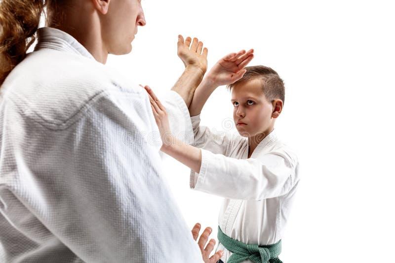 Man och tonårig pojke som slåss på aikidoutbildning i kampsportskola arkivfoto
