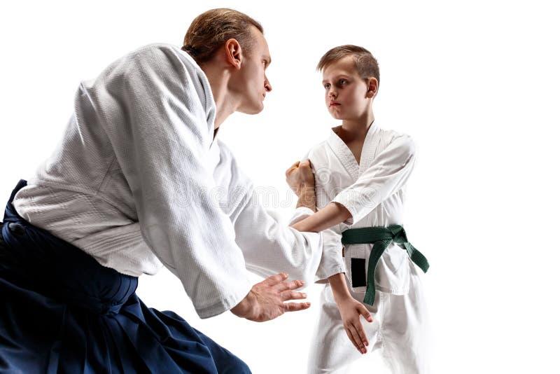 Man och tonårig pojke som slåss på aikidoutbildning i kampsportskola arkivfoton