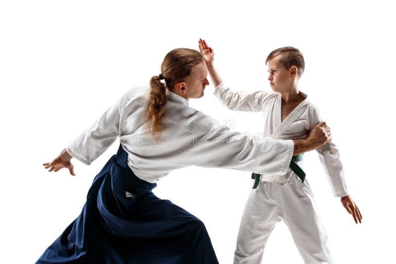 Man och tonårig pojke som slåss på aikidoutbildning i kampsportskola arkivbilder