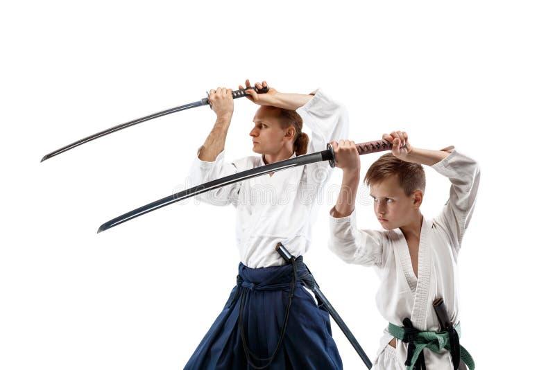 Man och tonårig pojke som slåss på aikidoutbildning i kampsportskola royaltyfria foton