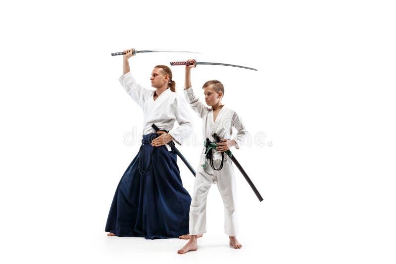 Man och tonårig pojke som slåss på aikidoutbildning i kampsportskola royaltyfri fotografi