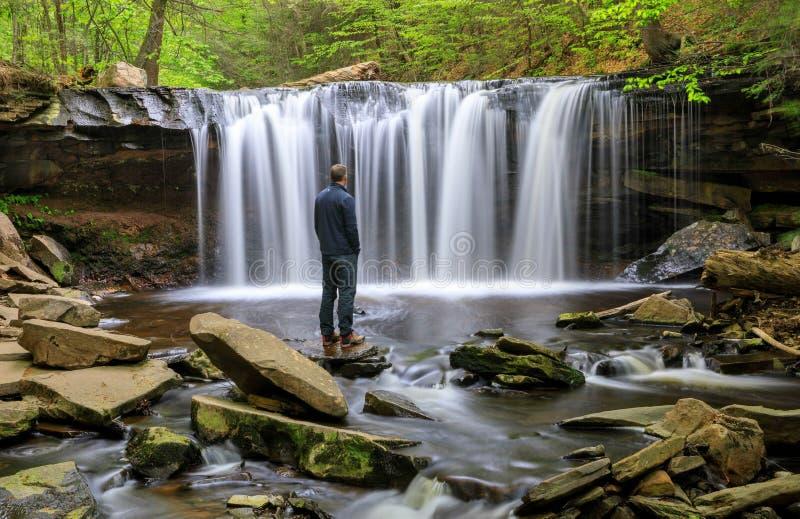Man och vattenfall royaltyfria foton