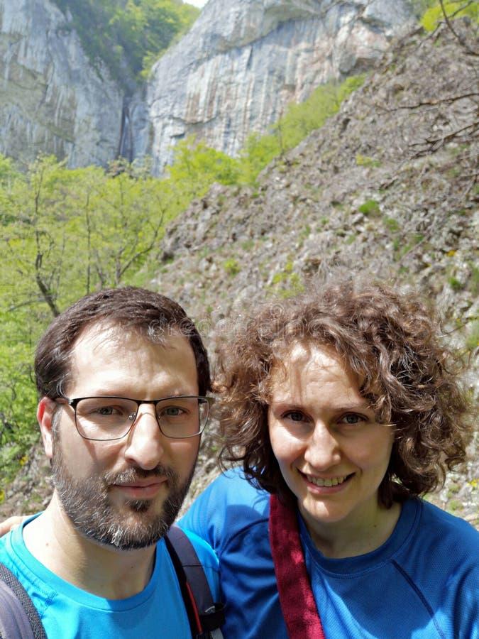 Man och wooman som trekking i bergen royaltyfri bild