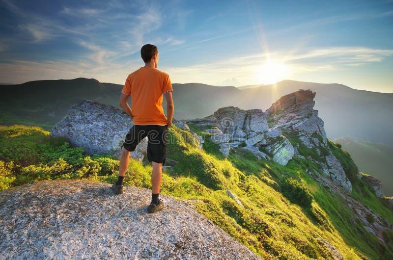Man op de top van de berg stock fotografie
