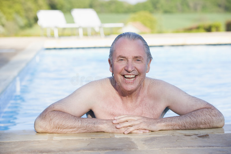 man outdoor pool smiling στοκ εικόνα με δικαίωμα ελεύθερης χρήσης