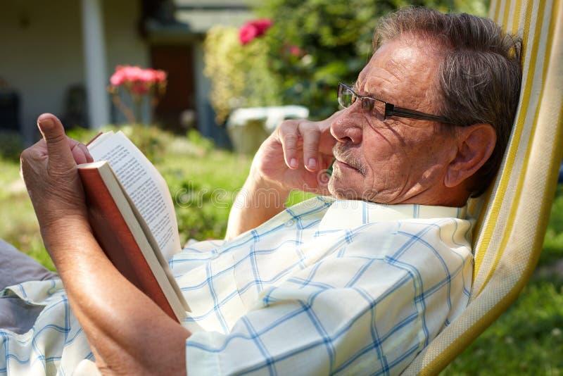 man outdoor reading senior στοκ φωτογραφία με δικαίωμα ελεύθερης χρήσης