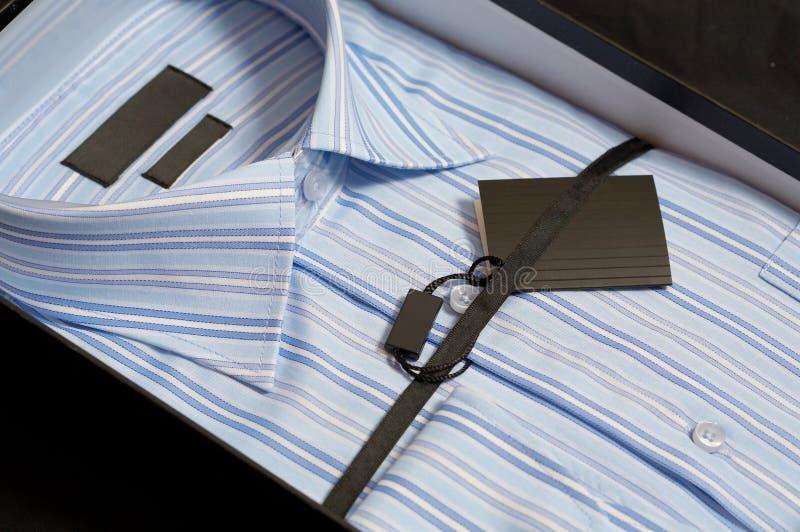Man overhemd in een giftdoos royalty-vrije stock fotografie