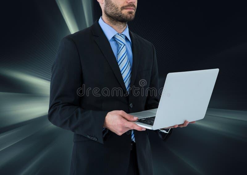 man på bärbara datorn med mörk faktisk bakgrund royaltyfri bild