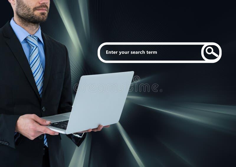Man på bärbara datorn med sökandestången och mörk faktisk bakgrund royaltyfria foton