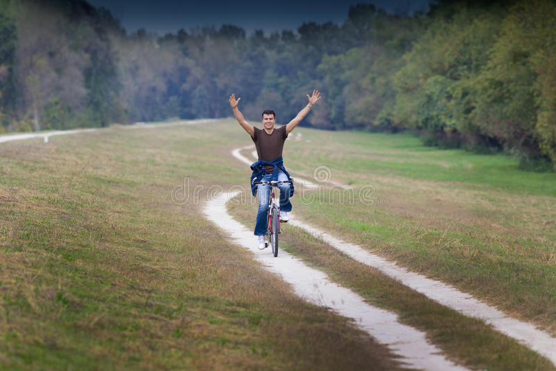 Man på cykeln royaltyfri bild