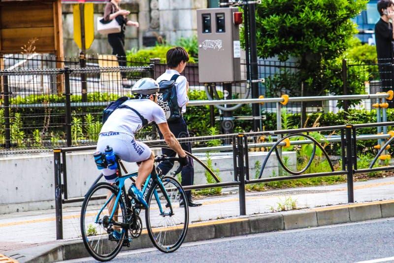 Man på cykeln i Tokyo, Japan royaltyfri bild