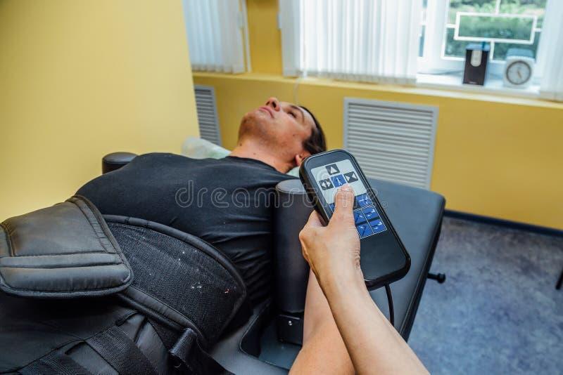 Man på detkirurgiska ryggrads- dykarsjukatillvägagångssättet arkivfoton