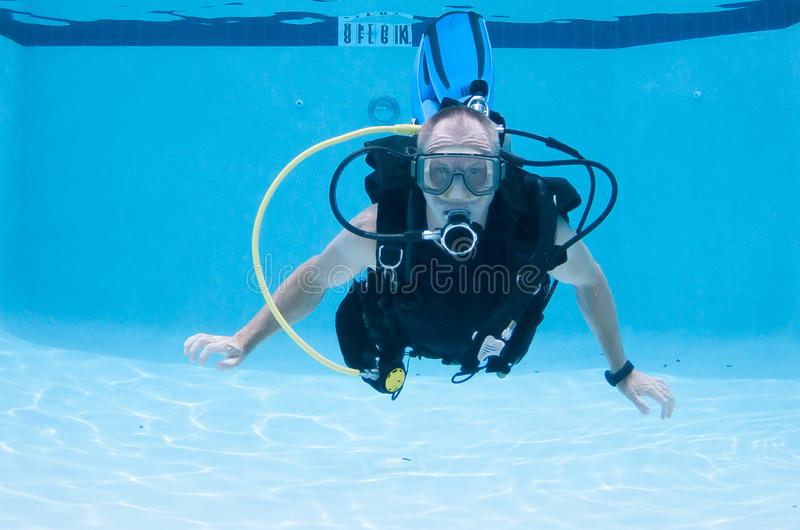 Man på dykapparaten i en pöl fotografering för bildbyråer