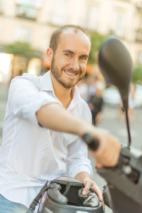 Man på en sparkcykel royaltyfri foto