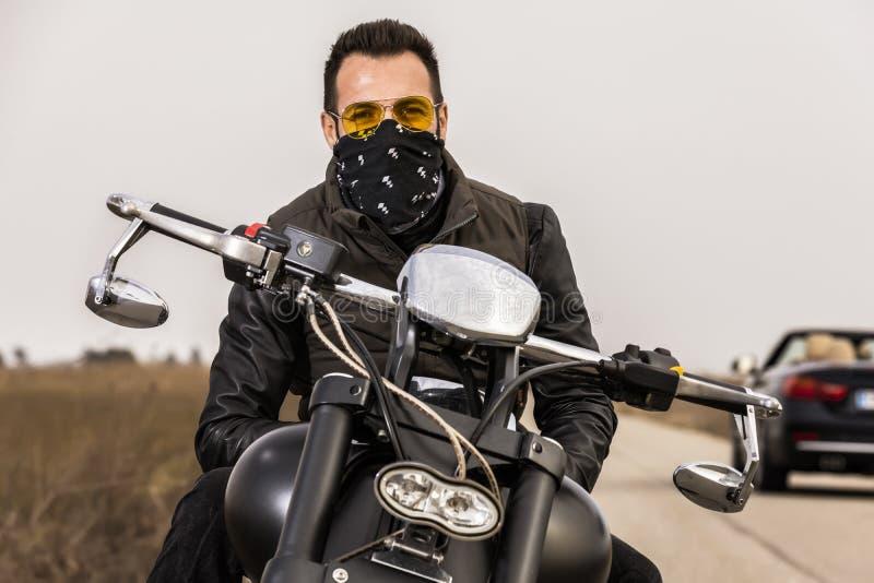 Man på en svart klassisk motorcykel arkivfoton