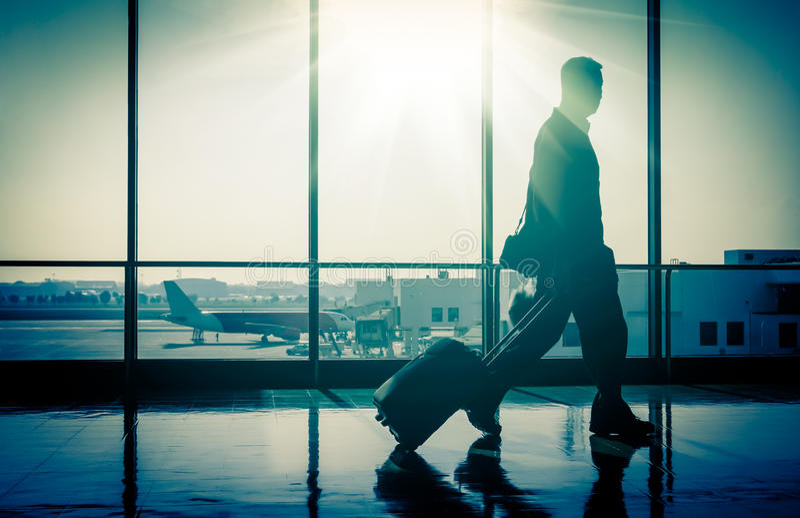 Man på flygplatsen med resväskan