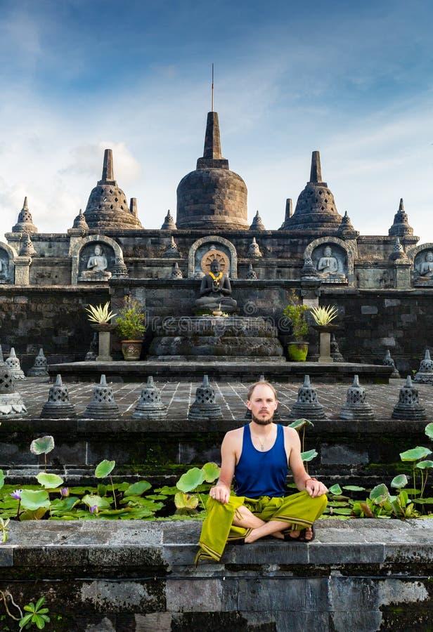 Man på ingången av en hinduisttempel i Bali, Indonesien arkivbilder
