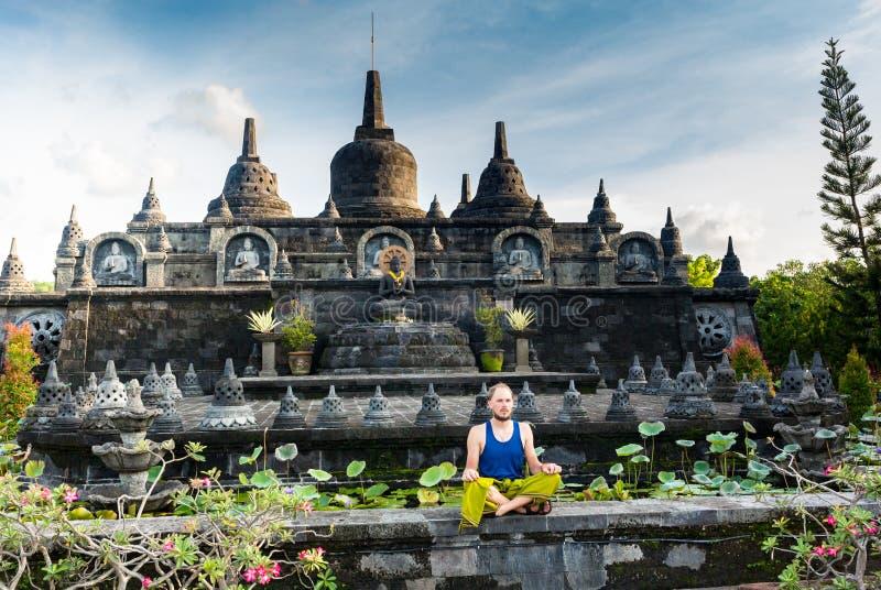 Man på ingången av en hinduisttempel i Bali, Indonesien royaltyfri bild