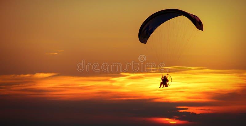 Man på paraglideren fotografering för bildbyråer