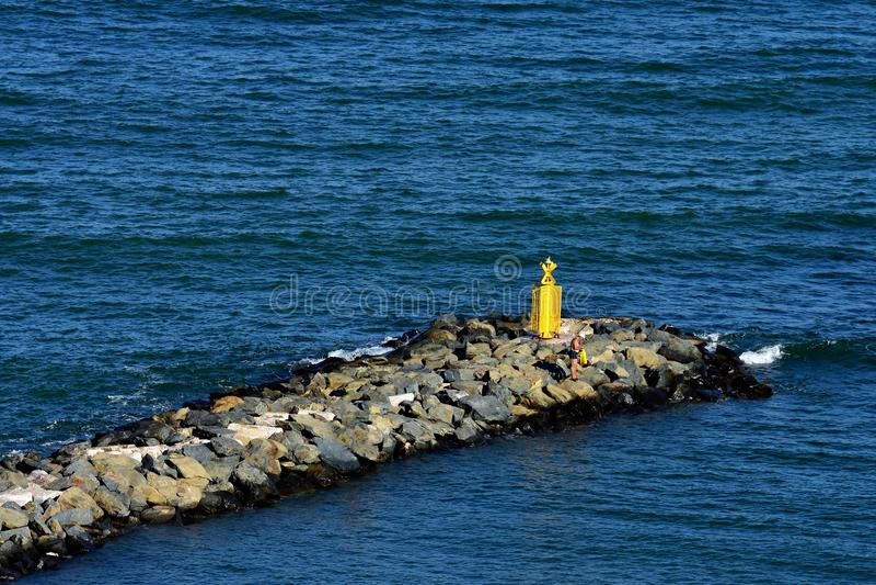 Man på pir på den Black Sea kusten royaltyfri foto