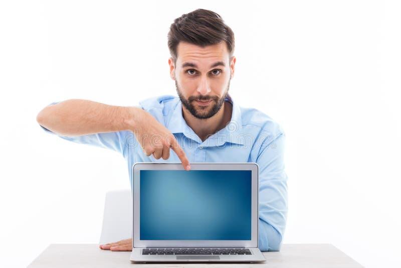 Man på skrivbordet med bärbara datorn royaltyfri fotografi