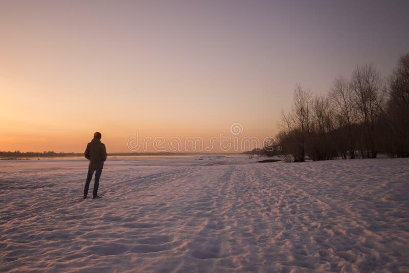 Man på solnedgången royaltyfri fotografi