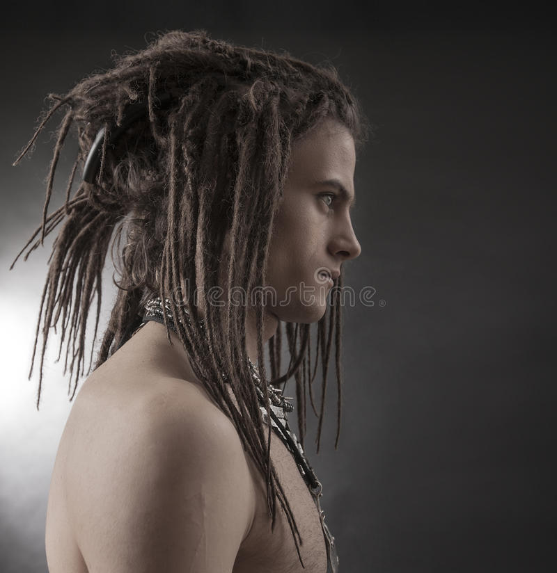 man portrait s young Μοντέρνος όμορφος προκλητικός τύπος με Dreadlocks στοκ εικόνα με δικαίωμα ελεύθερης χρήσης