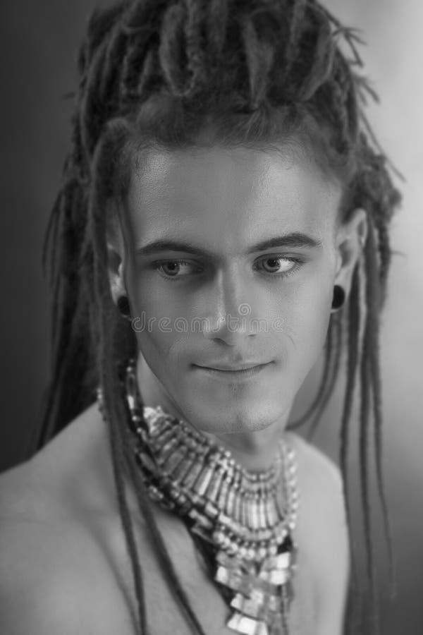 man portrait s young Μοντέρνος όμορφος προκλητικός τύπος με Dreadlocks στοκ φωτογραφία