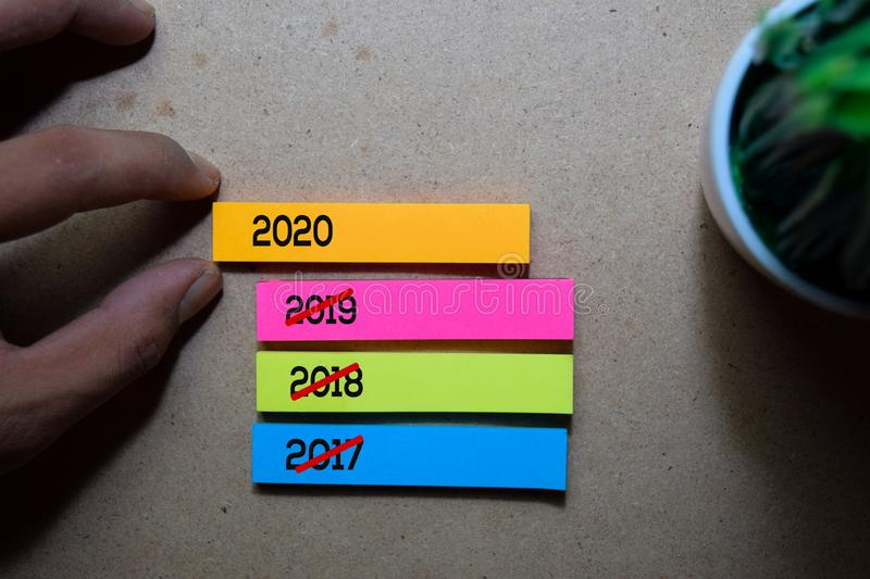 Man Pulling 2020 sticky note op houten tafel achtergrond Happy New Year-concept stock foto's