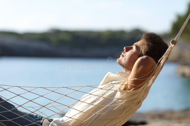 Votre âme est parfois triste et vous recherchez la Paix ? Parcourez ce fil de discussion... - Page 2 Man-relaxing-hammock-beach-side-view-casual-happy-holidays-79562754
