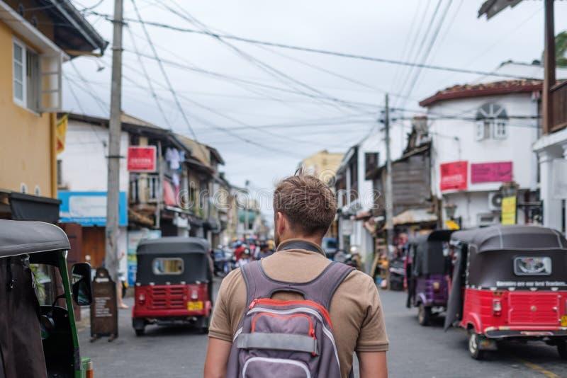 Man resanden som går med ryggsäcken på lilla staden Galle i Sri Lanka royaltyfri bild