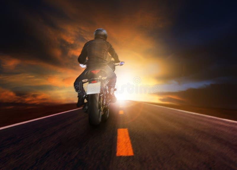 Man ridningmotorcykeln på vägen för traeling livsstil arkivbild