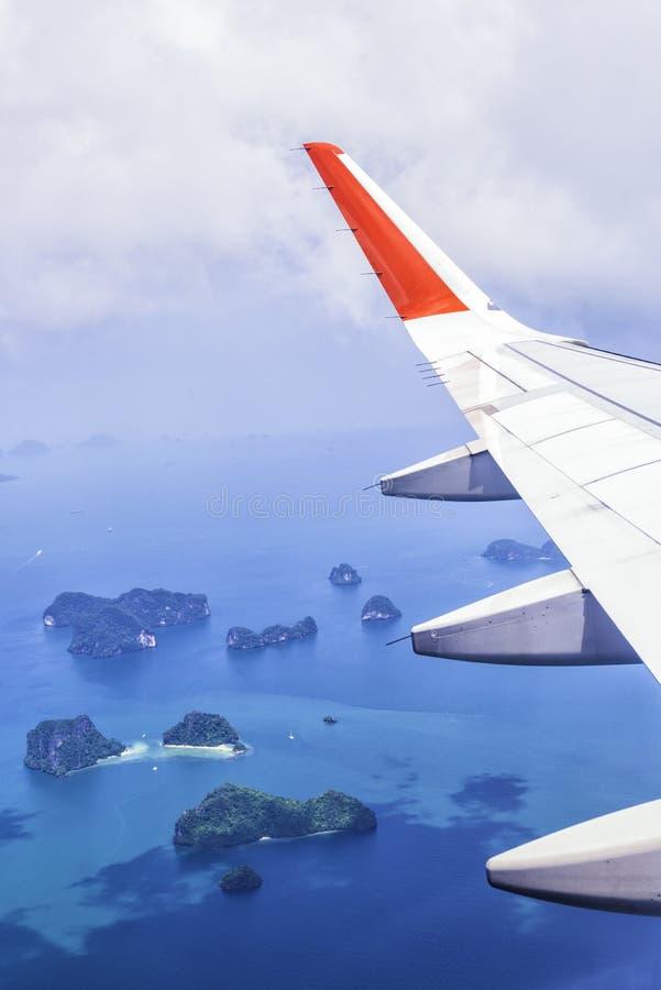 Man sömn i stol i flygplan under lopp utomlands i flygplan arkivbilder