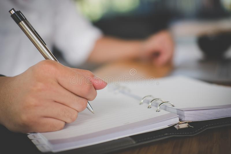 man& x27; s de pen van de handholding op kantoor student het leren les met n stock afbeeldingen