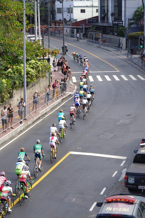 Man` s som cyklar på vägloppet av Rio2016 fotografering för bildbyråer