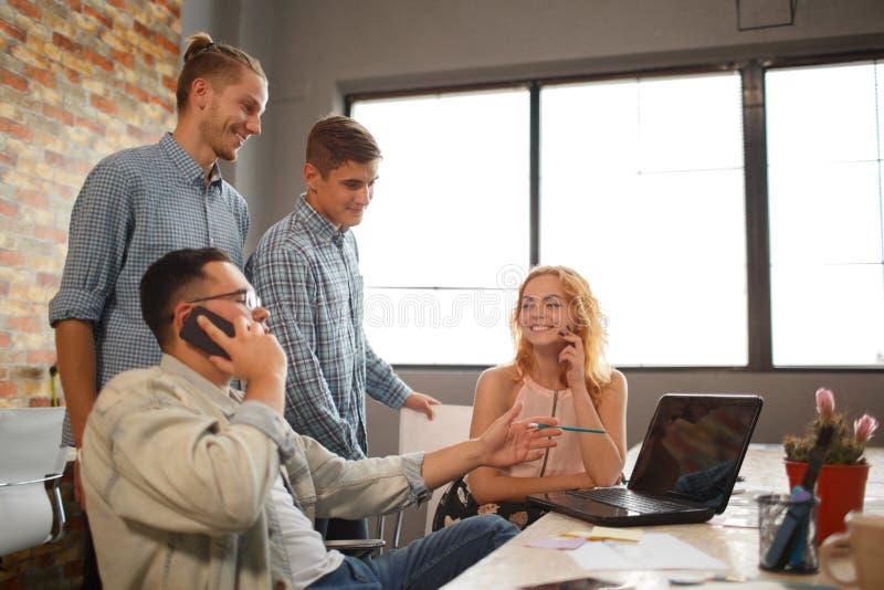 Man samtal på telefonen, kollegor är på bakgrunden royaltyfri bild