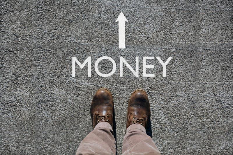 Man schoenenmening van hierboven, woordgeld en een pijl die op de richting met exemplaarruimte wijzen voor uw tekst stock foto