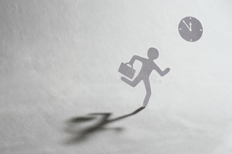 Man skyndsamt med klockan på en bakgrund arkivfoton