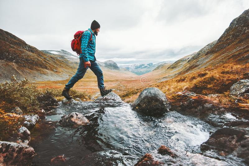 Man solo att resa fotvandraren som fotvandrar i scandinavian berg royaltyfria bilder