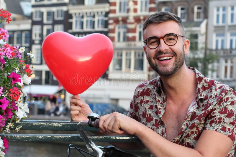 Man som är förälskad med Amsterdam royaltyfri bild