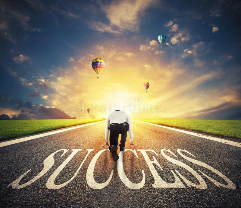 Man som är klar att köra på en framgångväg Begrepp av den lyckade affärsman- och företagsstarten arkivbilder