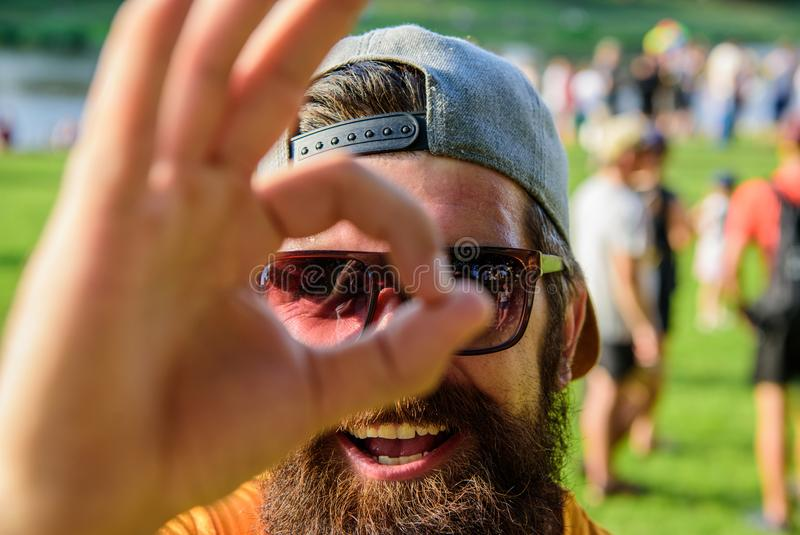 Man som är skäggig framme av folkmassaflodstrandbakgrund Var säker i din sommarsemester Festival för bokbiljettsommar in royaltyfria bilder