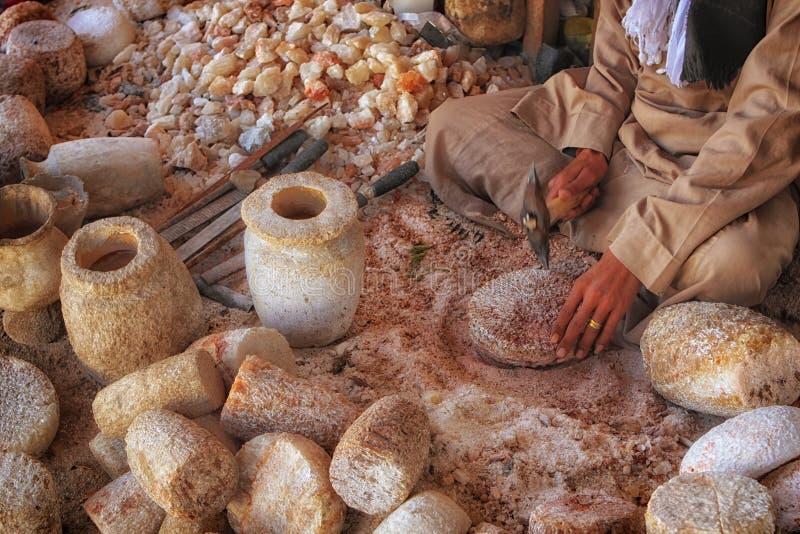 Man som är upptagen i den traditionella arbetsplatsen som skapar krukor och vaser royaltyfri fotografi
