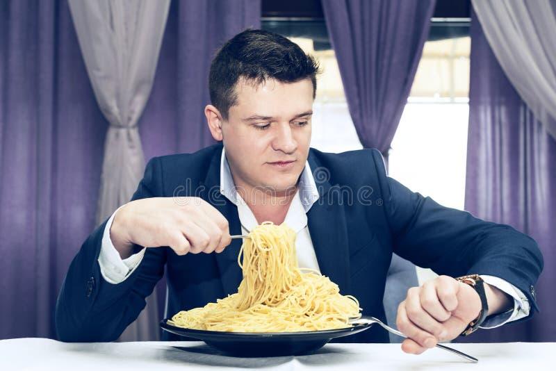 Man som äter en stor del av pasta royaltyfri fotografi