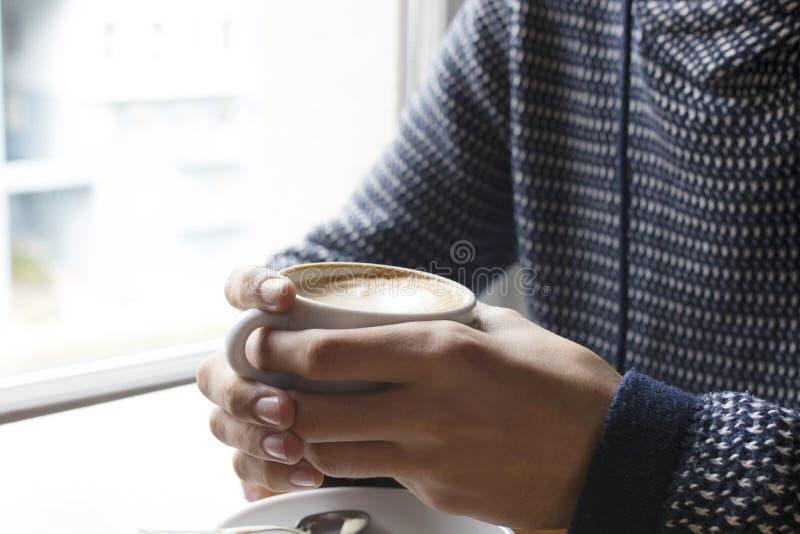 Man som äter frukostkaffe royaltyfri bild