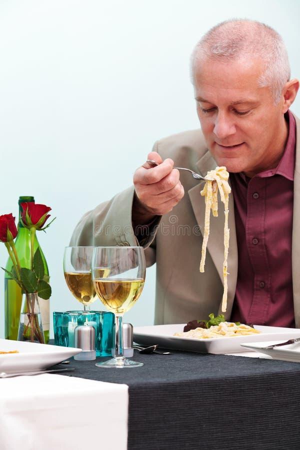 Man som äter i en restaurang royaltyfri foto