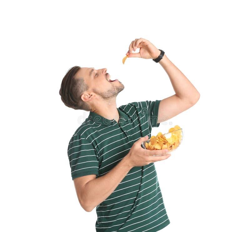 Man som äter potatischiper fotografering för bildbyråer