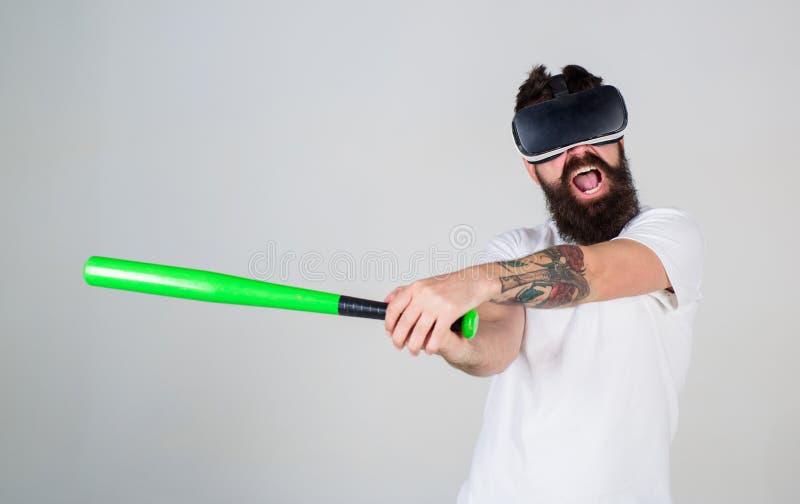Man som återupplever spänning i virtuell verklighetleken, sinnesrörelsekontrollbegrepp Ilsken skäggig man som använder baseballsl fotografering för bildbyråer